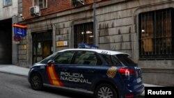 Sebuah mobil polisi terlihat diparkir di depan kantor polisi di Madrid, Spanyol, tempat pengusaha Ingrris Bill Browder, pengecam Presiden Rusia Vladimir Putin, sempat ditahan dan kemudian dibebaskan oleh pihak berwenang, 30 Mei 2018.