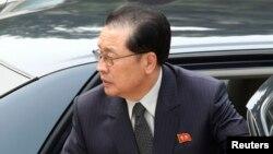 지난해 8월 베이징을 방문한 장성택 국방위원회 부위원장이 차에서 내리고 있다.