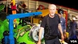 James Cameron, melakukan penyelaman ke dasar laut seorang diri. Penyelaman ini merupakan yang pertama kali dilakukan sejak lima puluh tahun terakhir (25/3).