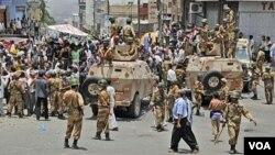 Tentara Yaman membuat blokade terhadap demonstrasi menuntut mundurnya Presiden Ali Abdullah Saleh di Taiz (7/4).