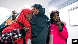 Arhiva - Halima Mohamed, majka Muzami Šale (levo) i Miski Šale (desno) u Njujorku na aerodromu JFK prvi put je videla ćerke posle sedam godina