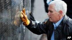 Майк Пенс біля Меморіалу ветеранам В'єтнамської війни