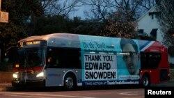 """Edward Snowden se encuentra asilado en Rusia mientras el gobierno de EE.UU. lo requiere para que rinda cuentas de sus actos que muchos consideran una """"traición al país""""."""