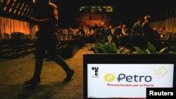 Logo del Petro, la criptomoneda venezolana, en una conferencia de prensa en Caracas el 31 de enero.
