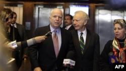 Слева направо: сенаторы Джон Маккейн и Джо Либерман.