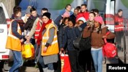 Para migran mulai meninggalkan Jules Ferry Center menuju bis yang akan membawa mereka ke lokasi lain, setelah meninggalkan Calais, Perancis, 3 November 2016. (REUTERS/Pascal Rossignol)