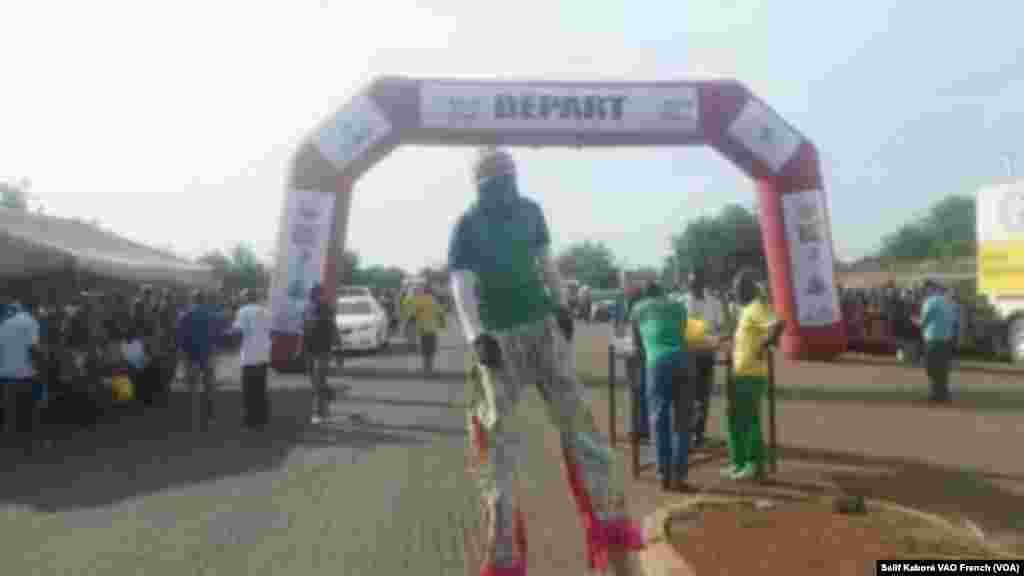 Un des acrobates du Tour du Faso en pleine animation sur la ligne d'arrivée à Bobo-Dioulasso, mercredi 5 novembre, 2015, Photo Salif Kaboré, VOA French