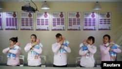 资料照:北京的一所阿姨训练学校在培训保姆如何照顾新生儿。(2018年12月5日)