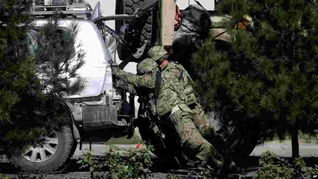 Kungiyar Taliban ta dauki alhakin kai harin bama bamai akan motocin kungiyar NATO, ga 16 Satumba, 2014.