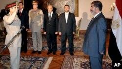 El nuevo ministro de Defensa de Egipto, general Abdel Fatah al-Sissi, presta juramento ante el presidente, Mohamed Morsi.