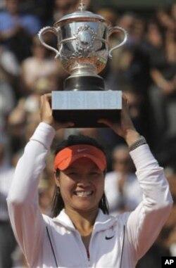 由于红十字会的丑闻,中国网球名将李娜拒绝通过红十字会进行捐助