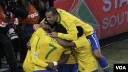 Para pemain Brazil merayakan gol Blumer Elano (No. 7) saat melawan Pantai Gading di babak grup. Pemain tengah yang kerap mencetak gol ini, akan absen dalam pertandingan melawan Belanda.