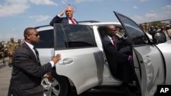 7일 아이티 포르토프랭스에서 임기를 마친 미첼 마르텔리 대통령(가운데)이 차에 올라타기 전에 지지자들에게 작별인사를 하고 있다.
