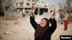 ស្ត្រីបាឡេស្ទីនមួយរូបប្រតិកម្មក្រោយពេលឃើញផ្ទះរបស់គាត់នៅទីក្រុង Beit Hanoun នៅដែនដី Gaza Strip ត្រូវបានបំផ្លាញ ដែលសាក្សីថាត្រូវបំផ្លាញដោយវាយប្រហារតាមអាកាសនិងការបាញ់ផ្លោងរបស់អ៊ីស្រាអែលកាលពីថ្ងៃសុក្រទី១ ខែសីហា ឆ្នាំ២០១៤។
