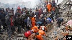 지난 2010년 4월 중국 칭하이성 위수현에서 발생한 지진 피해 현장에서 생존자 구조 작업을 벌이고 있다. (자료사진)