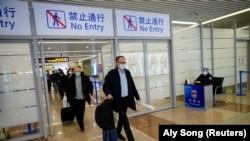 Peter Ben Embarek, dan anggota tim Organisasi Kesehatan Dunia (WHO) lainnya yang bertugas menyelidiki asal-usul COVID-19, tiba di Bandara Internasional Pudong di Shanghai, Cina 10 Februari 2021. (Foto: REUTERS/Aly Song)