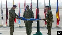 مراسم پیچاندن بیرق ناتو حین اعلام ختم ماموریت محاربوی در افغانستان