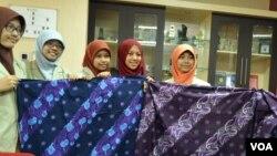 Lima mahasiswa Fakultas Kedokteran UGM menunjukkan kreasi batik Kumahargyan motif Musculus Skeletal di Yogyakarta, Jumat, 27 Juni 2014 (Foto: VOA/Munarsih)