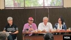 Dalam jumpa pers di kantor YLBHI, Rabu (21/9), para anggota Yayasan Penelitian Korban Pembunuhan 1965-1966 (YPKP 65), serta pegiat HAM meminta kehadiran pelapor khusus PBB di Indonesia. (VOA/Fathiyah Wardah)