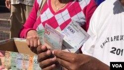 En cinco días, un dólar aumentó su cotización hasta en 160.000 bolívares. [Foto: Carolina Alcalde, VOA]