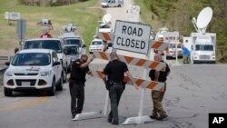 Các nhà chức trách đặt biển báo đóng đường tại giao lộ Union Hill và đường 32 trong phạm vi hiện trường vụ xả súng ở Pike County, Ohio, ngày 22 tháng 4 năm 2016.