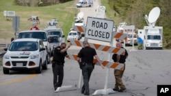 Les autorités ont mis en place des barrages routiers à l'intersection de l'Union Hill Road et la Route 32, près du lieu où au moins sept membres d'une famille ont été tués par balles, dans le comté de Pike, Ohio, 22 avril 2016.
