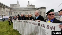 Photo d'archives: Des survivants bosniaques et des membres de leur famille se rassemblent devant le Tribunal pénal international pour l'ex-Yougoslavie (TPIY) avant l'annonce du verdict dans le procès pour génocide de l'ancien chef des Serbes de Bosnie Radovan Karadzic à La Haye, aux Pays-Bas, 24 mars 2016.