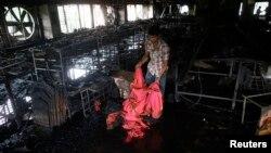 Un trabajador inspecciona la fábrica del grupo Tung Hai, en cuyo edificio se produjo un incendio que acabó con la vida de ocho personas en Dhaka, Bangladesh.