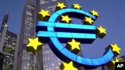 在德国法兰克福的欧洲中央银行前的欧元标志