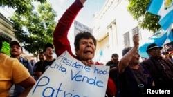 Ảnh tư liệu - Một người phụ nữ giơ cao tấm bảng phản đối trong một cuộc biểu tình chống lại chính sách nhập cư của tổng thống Donald Trump tại Guatemala City, Guatemala ngày 27/07/2019
