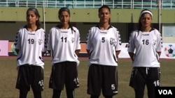 在伊斯兰堡参加南亚足联锦标赛的阿富汗女子足球队员。(美国之音古尔拍摄)