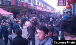 砍人事件发生的现场围观民众众多(网友新芙蓉后微博图片)