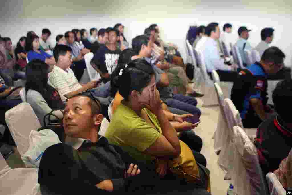 بستگان مسافران پرواز شماره ۸۵۰۱ شرکت هواپیمايی ایرآسیا منتظر دريافت آخرین اخبار از جت مفقود شده در فرودگاه خواندا در سورابایا، شرق جاوه، اندونزی – دوشنبه ۸ ديماه ۱۳۹۳ (۲۹ دسامبر ۲۰۱۴)