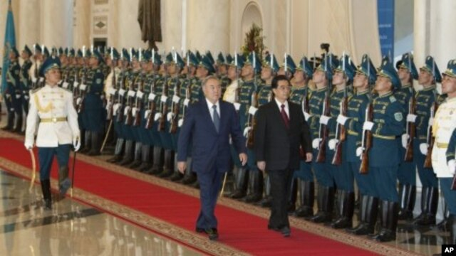 Chinese President Hu Jintao (R) and his Kazakh counterpart Nursultan Nazarbayev inspect the honour guard during an official welcoming ceremony in Astana, June 13, 2011