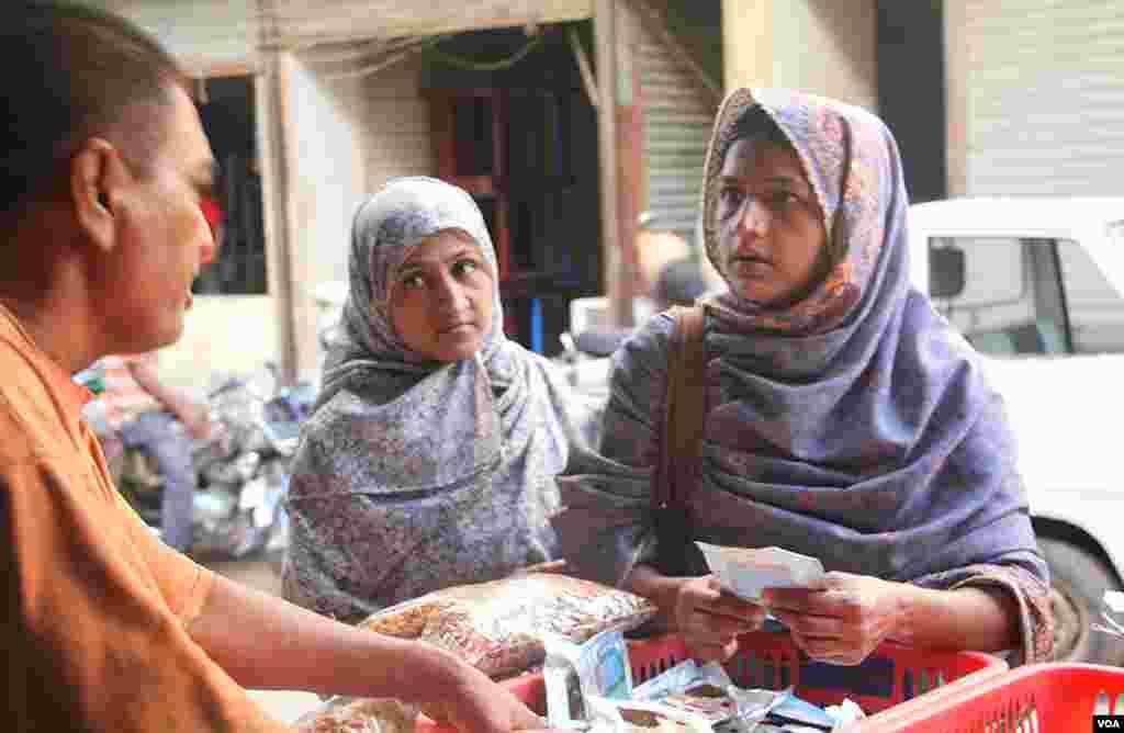 دو خواتین مصالحہ جات خریدتے ہوئے بھاو تاو میں مصروف
