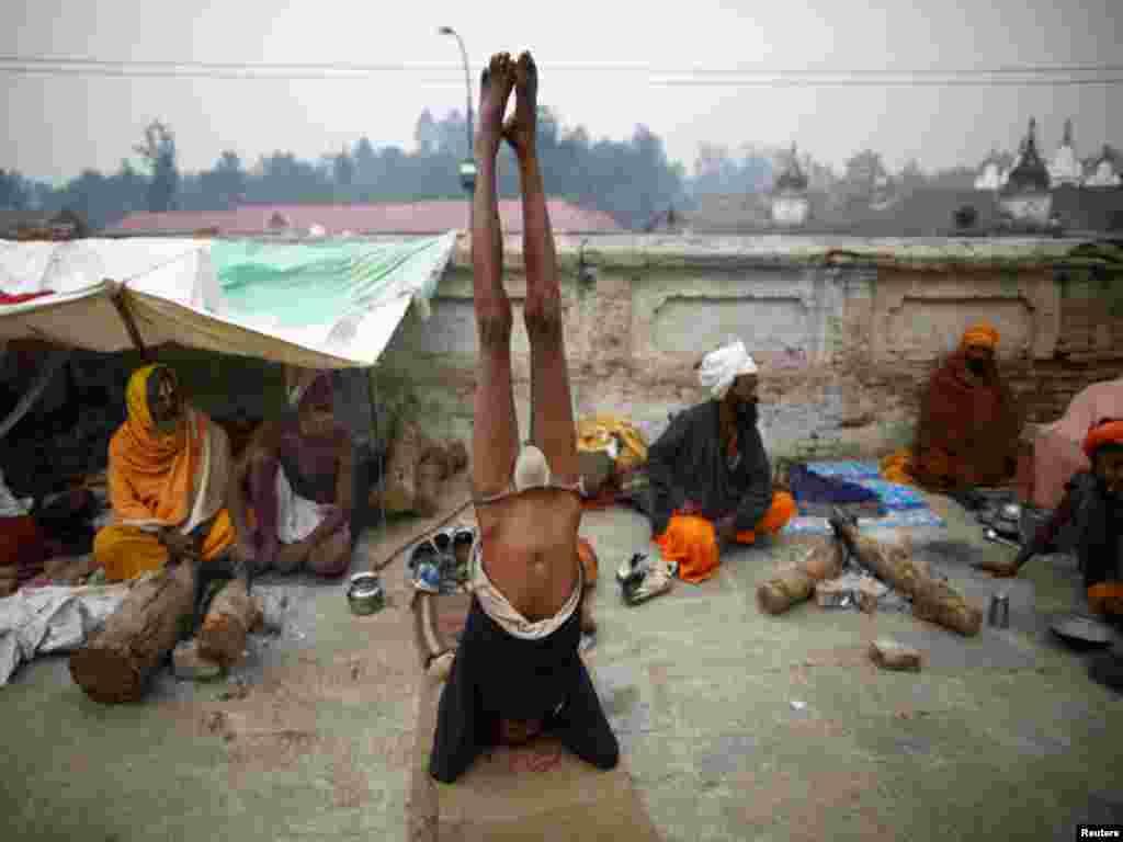 کھٹمنڈو میں قائم پشوپتیناتھ مندر میں ایک ہندو شخص آسن کررہاہے