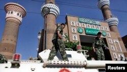 چین کے علاقے سنکیانگ کے شہر ارومچی میں سیکورٹی اہل کارمرکزی مسجد کی نگرانی کر رہے ہیں۔ فائل فوٹو