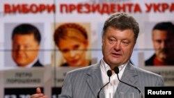 Ông Petro Poroshenko là nhân vật thân châu Âu, tuy nhiên các nhà phân tích chính trị nói rằng Tổng thống Nga Vladimir Putin xem ông như người có thể giao tiếp.