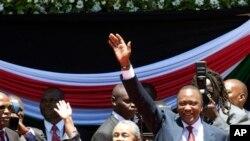 Uhuru Kenyatta et son épouse Margaret saluent la foule rassemblée au Centre sportif international Moi pour son investiture, le 9 avril 2013