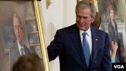 جرج بوش ، رئیس جمهوری سابق آمریکا و همسرش لورا بوش از پرتره های خود پرده برداری می کنند.۳۱ مه ۲۰۱۲