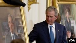 Cựu Tổng thống George W. Bush và phu nhân khánh thành 2 bức chân dung ở Tòa Bạch Ốc