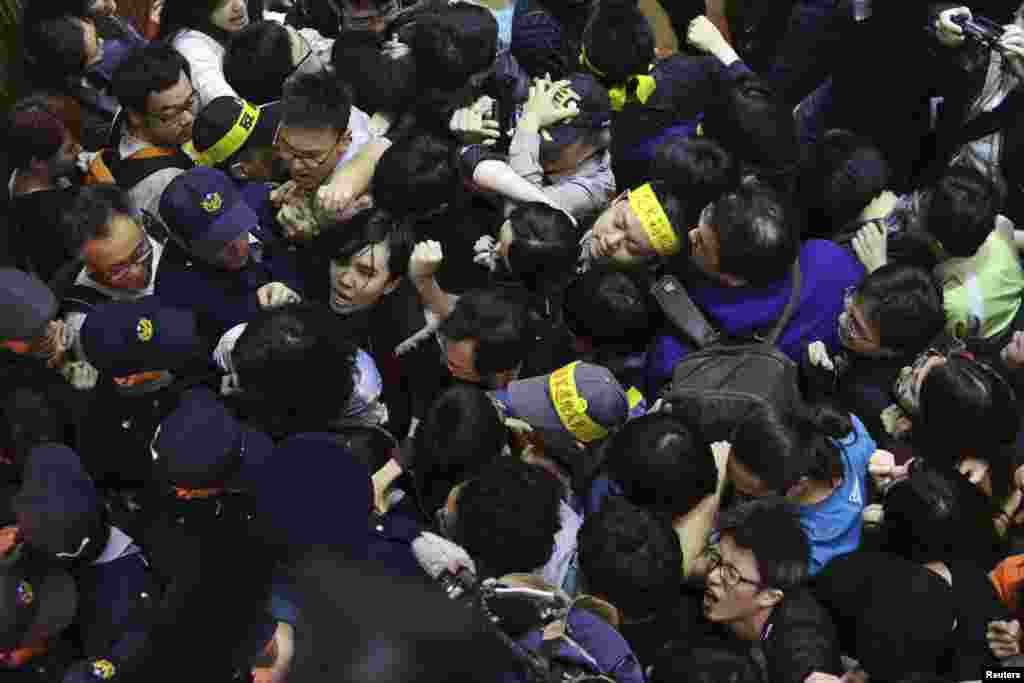 Xitoy-Tayvan savdo bitimiga qarshi chiqqan talabalar parlament binosiga bostirib kirgan.