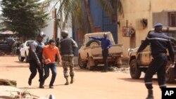 Nhiều người chạy trốn ra khỏi khách sạn Radisson Blu ở Bamako, Mali, ngày 20/11/2015.
