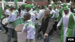 Pendukung fanatik timnas Nigeria melakukan parade di pusat kota Johannesburg.