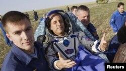 Personal de tierra carga al astronauta estadounidense Joseph Acaba, poco después de aterrizar en el norte de Kazakstán, Rusia, en una cápsula Soyuz, este lunes 17 de septiembre de 2012.
