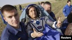 Phi thuyền Soyuz đã đưa phi hành gia Mỹ Joseph Acaba (hình trên) và hai phi hành gia Nga Gennady Padalka và Sergei Revin trở về trái đất hôm nay