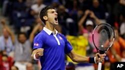 ທ້າວ Novak Djokovic ຈາກເຊີເບຍ ສະແດງທ່າທີ ຫຼັງຈາກ ທີ່ຮັບໄດ້ ການເສີບຂອງທ້າວ Roger Federerເພືອເອົາຊະນະ ເກມທີ 4 ໃນເສັດ ຂອງການແຂ່ງຂັນ ຮອບຊິງຊະນະເລີດ ເທັນນິສຊາຍດ່ຽວ U.S. Open, ເມື່ອວັນອາທິດ ທີ 13 ກັນຍາ 2015.