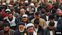 Yon gwoup afgan ap priye nan yon Mosque nan Kabul pou 17 moun ki pèdi lavi yo nan atak 7 janvye 2011 la