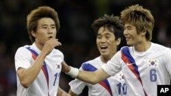 런던 올림픽 남자 축구 3, 4위 전에서 한국의 두번째 골을 성공시킨 구자철 선수(왼쪽)와 박주영, 기성용 선수.