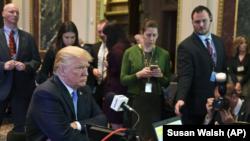 El presidente Donald Trump en una entrevista de radio en el complejo de la Casa Blanca en Washington, el martes 17 de octubre de 2017.